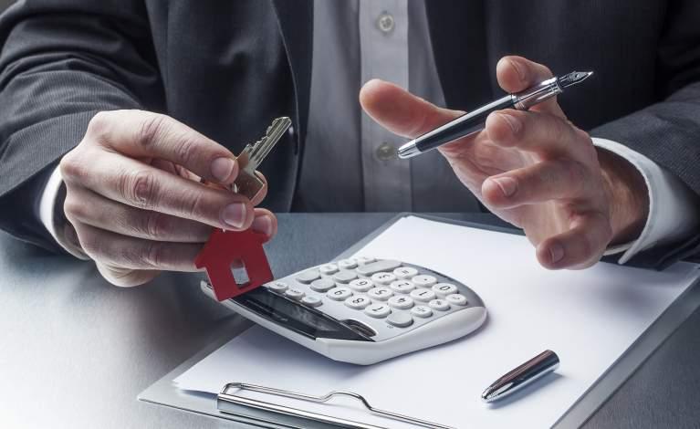 Déléguer ou gérer soi-même la location de son logement neuf ?