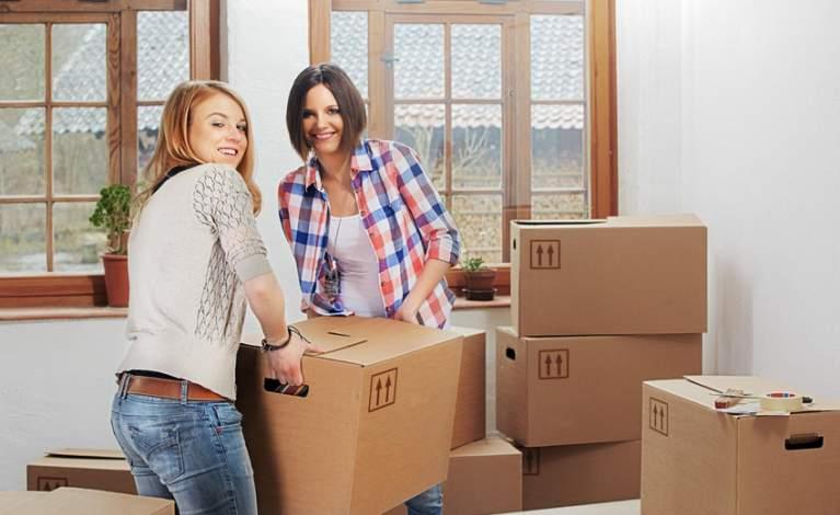 Image étudiantes qui emménagent dans un appartement neuf